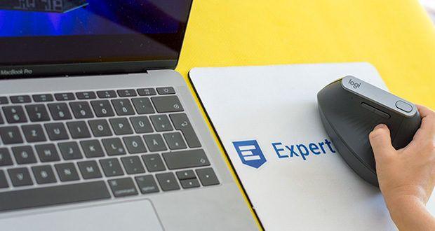 Logitech MX Vertical Bluetooth Maus im Test - der einzigartige senkrechte 57°-Winkel der ergonomischen Maus reduziert den Druck auf das Handgelenk und ermöglicht das bequeme Positionieren des Daumens auf der Daumenauflage