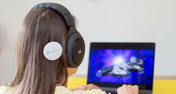 Corsair HS70 Pro Wireless Gaming Headset im Test - neben bequemen Ohrmuscheln aus Memory-Schaumstoff und speziell abgestimmten 50-mm-Neodym-Lautsprechertreibern überzeugt das Headset durch sein leichtes Gewicht und die robuste langlebige Konstruktion