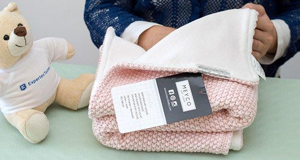 """Meyco gestrickte Babydecke Winter im Test - die """"Winter"""" Ausführung hat eine gestrickte und eine weiche, helle Uni Velvet-Seite"""