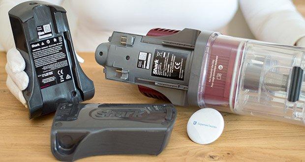 Shark Anti Hair Wrap IZ251EUT Staubsauger im Test - die herausnehmbaren Akkus von Shark können im Staubsauger oder außerhalb an jeder beliebigen Steckdose in Ihrem Zuhause aufgeladen werden