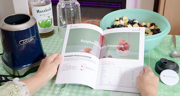 AICOOK Smoothie Maker im Test - mithilfe des gezielten Gratis-Rezeptbuches fügen Sie Ihre Lieblingsvollwertkost wie Beeren, Spinat hinzu