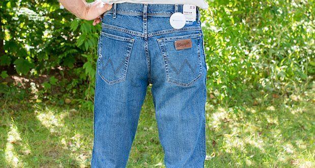 Wrangler Herren Texas Slim Jeans im Test - ein Lagenlook aus einem selbstbewussten Denim Komplettlook zeigen Wranglers progressiven Designansatz