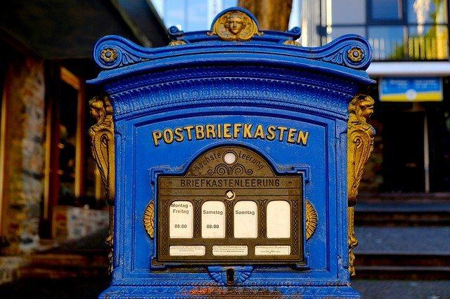 Postbriefkasten in blau