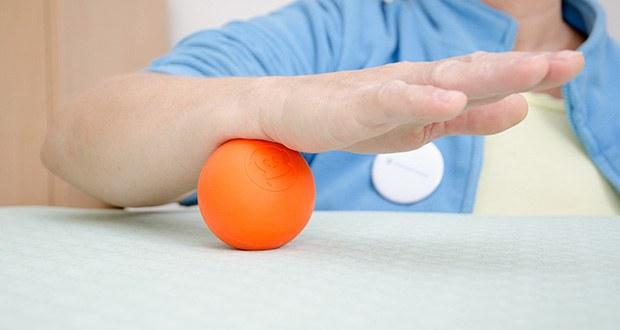 Captain LAX Massageball im Test - durch Massage des verspannten Bereichs lassen sich Muskelverhärtungen lösen und die Durchblutung wird angeregt