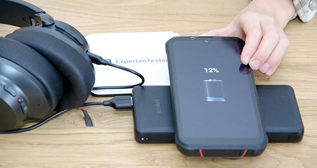 Anker PowerCore III 10K Wireless Powerbank 10000mAh im Test - einfach per USB-C-Eingang an eine Energiequelle anschließen, Gerät auf die Ladefläche legen und doppelte Ladefunktionen genießen