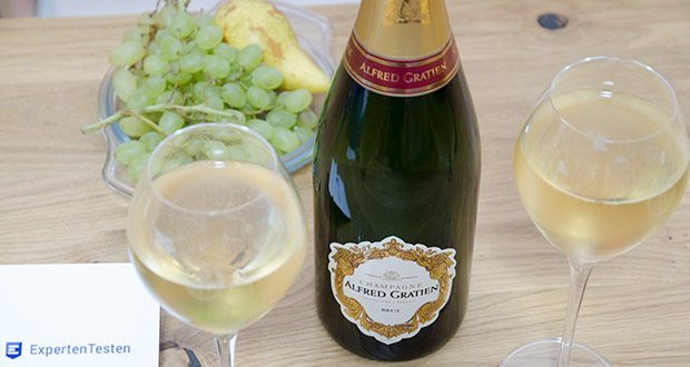 Alfred Gratien Brut Classique Champagner im Test - entfaltet ein ansprechendes Bukett mit exotischen Fruchtnoten nach Honigmelone, Mango und Papaya, zarte Hefenoten nach Butterkeksen sowie Aromen nach Erd- und Haselnüssen