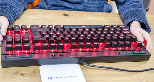 Corsair K63 Mechanische Gaming Tastatur im Test - die brillante rote LED-Hintergrundbeleuchtung der einzelnen Tasten ermöglicht eine dynamische und praktisch unbegrenzte Anpassbarkeit der Lichteffekte