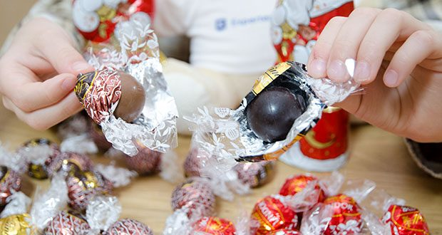 Lindt Weihnachts-Schokolade Schokoladengeschenk Gold im Test - hergestellt in der Schweiz