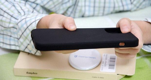 EasyAcc IPhone 12 Hülle schwarz im Test - leicht zu reinigen: sie können Fingerabdrücke und staub mit einem feuchten Tuch entfernen