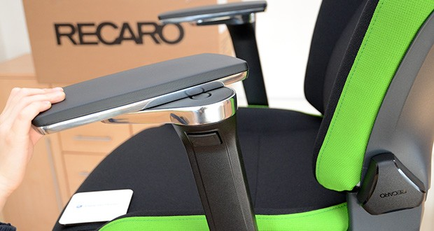 Recaro Gamingstuhl Exo FX im Test - 5D-Armlehnen lassen sich in der Höhe und dem Abstand zum Sitz einstellen, horizontal um 360 Grad drehen und für mehr Freiraum beim Spielen seitlich nach hinten wegklappen