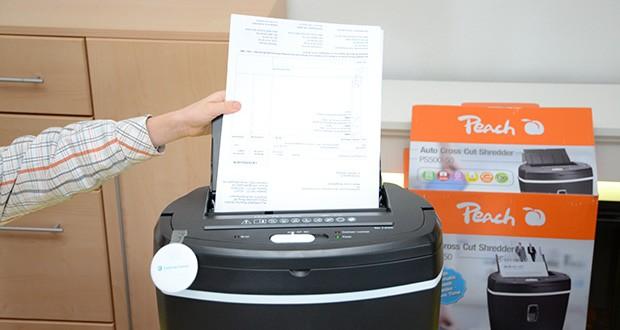 Peach Altenvernichter PS500-50 im Test - einfach Dokumentenstapel rein und den Aktenvernichter immer fünf Blätter auf einmal schreddern lassen