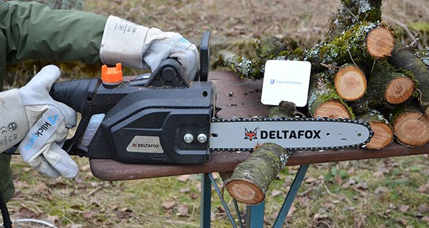 Deltafox Elektro-Kettensäge DG-ECS1830 im Test - die hohe Kettengeschwindigkeit von bis zu 14 m/s bleibt, dank der laufruhigen und vibrationsarmen Trilink Chromkette und dem rollengelagerten Umlenkstern dennoch komfortabel