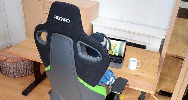Recaro Gamingstuhl Exo FX im Test - beim Gaming Seat sorgt der Anti-Submarining-Hügel, zusammen mit den rutschhemmenden Stoffen dafür, dass dein Körper nicht von der Sitzfläche gleitet, sondern festen Halt findet
