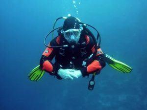 Taucher mit Unterwasserkamera aufgenommen