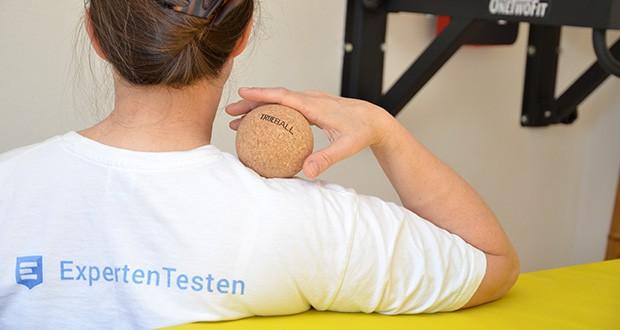 Truetape Trueball Faszienball im Test - mit dem TRUEBALL erreichst du auch Körperstellen, die sonst nur schwer zugänglich sind, wie z.B. den Rücken, den Nacken oder das Gesäß