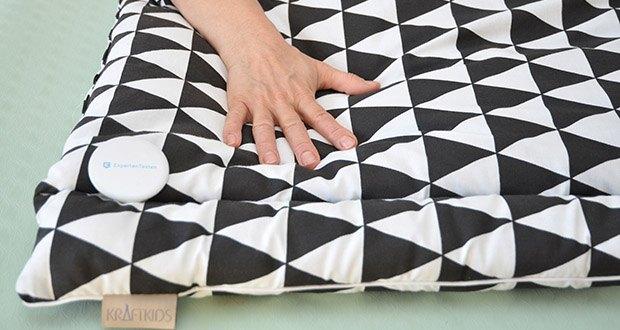 KraftKids Wickelauflage in schwarze Dreiecke im Test - weich und angenehm: bestehend aus 100% natürlicher Baumwolle und einem Futter aus kuscheligem Vliese