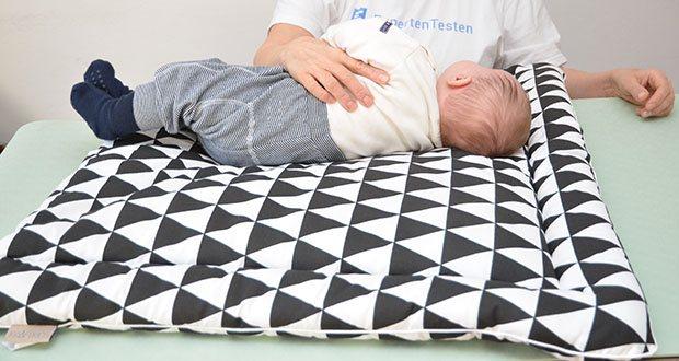 KraftKids Wickelauflage in schwarze Dreiecke im Test - durch einen Baumwollanteil von 100% fühlt sich die Wickelauflage super weich an und schont die Haut ihres Kindes