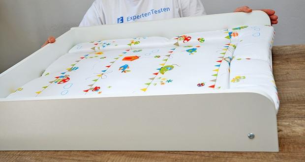 roba Wickelplatte mit Wickelauflage im Test - dank des seitlichen Schutzes ist das Wandwickelregal von Geburt an bis zu einem Gewicht von 15 kg ein sicherer Wickelplatz