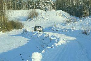 Auto auf eine verschneiten Strasse