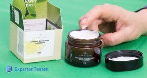Eine Gesichtscreme für normale Haut sorgt mit pflegenden Inhaltsstoffen für einen schönen Teint
