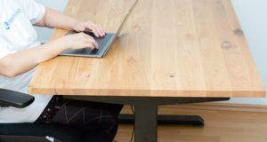 Nach diesen Testkriterien wird ein höhenverstellbarer Schreibtisch getestet