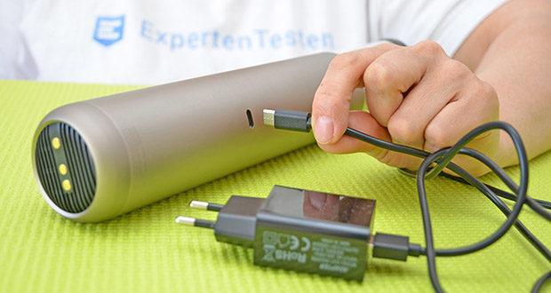 Mondzucker VX Akku Handstaubsauger im Test - kann mit dem mitgelieferten USB-Ladegerät in ca. 2,5 Stunden vollständig aufgeladen werden und benötigt keine Ladestation