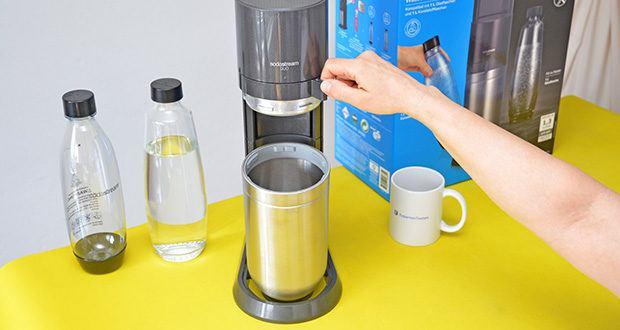 SodaStream Wassersprudler DUO im Test - die SodaStream Flasche bis zur Fülllinie mit Wasser füllen