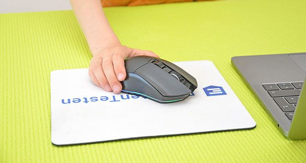 KLIM Blaze kabellose RGB Gaming Maus im Test - das beidhändige Design macht die Maus sowohl für Rechts- als auch für Linkshänder bequem