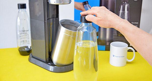 SodaStream Wassersprudler DUO im Test - die SodaStream Flasche schräg halten und nach Wunsch Lieblingssirup langsam eingießen
