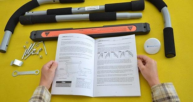 Ultrasport Klimmzugstange im Test - einfach am oberen Türrahmen einhaken und das Oberkörpertraining kann beginnen