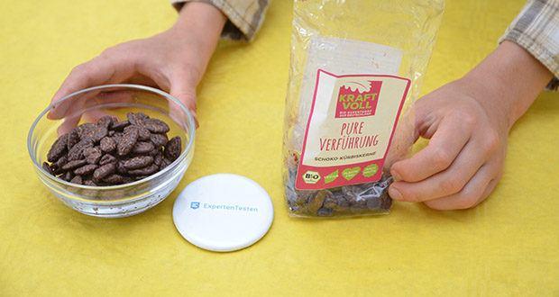 KRAFTVOLL Bio Schoko-Kürbiskerne im Test - umhüllt von leckerer Bio-Zartbitterschokolade
