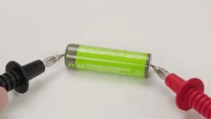 Messung des elektrischen Widerstandes mit dem Multimeter aus dem Test und Vergleich