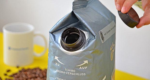 Tchibo BARISTA Caffè Crema Ganze Bohne 1 kg im Test - durch den Tchibo Aroma-Verschluss bleiben die Bohnen besonders frisch und werden vor Licht und Sauerstoff geschützt