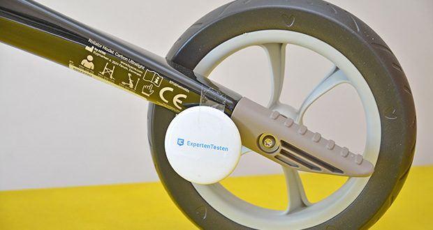 Seniorgo byACRE Carbon-Rollator Klassisch im Test - im Rahmen verdeckte Bremsleitungen – stören nicht beim Zusammenfalten