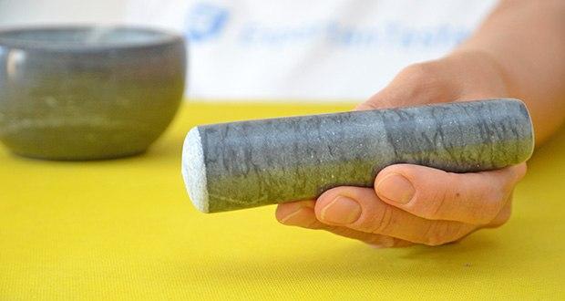 Tera Marmor Mörser und Stößel im Test - der polierte Stößel bietet einen bequemen Griff