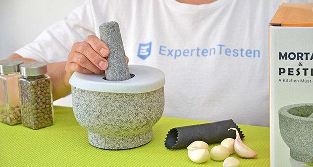 Tera Granit Mörser mit Stößel im Test - unpolierter Granitstößel und Mörser mit dicken Wänden und Sockel