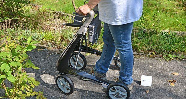 Seniorgo byACRE Carbon-Rollator Klassisch im Test - stoßdämpfender Rahmen und weiche Bereifung sorgen auf unebenen Wegen für eine komfortable Fahrt