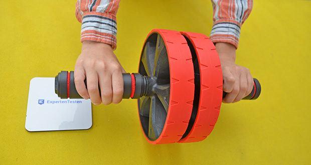 EliteAthlete Bauchtrainer rot im Test - die hochwertigen Schaumstoffgriffe ermöglichen ein natürlichen und bequemen Griff beim Festhalten von deinem Bauchroller