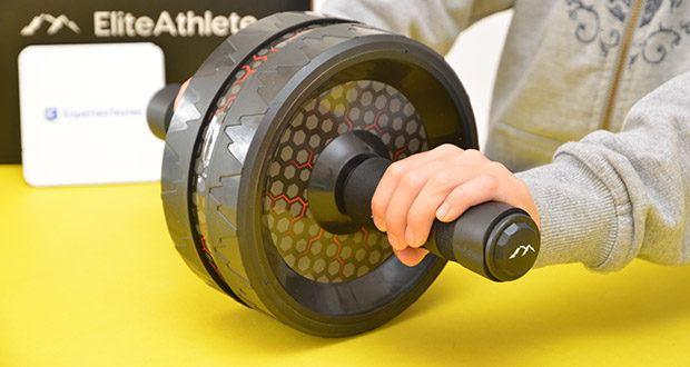 EliteAthlete Bauchtrainer schwarz im Test - die hochwertigen Schaumstoffgriffe, bieten Dir einen hohen Trainingskomfort und zusätzlich ein sicheres und effektives Gefühl während des Workouts